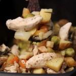 Pečená kořenová zelenina a brambory s kuřecím masem na rozmarýnu