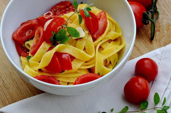 Těstoviny s rajčaty a čerstvou majoránkou
