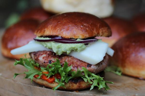 Letní burger v domácí briošce s avokádem - detail
