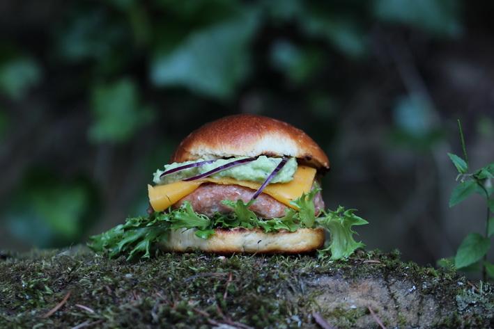 Letní burger v domácí briošce s avokádem