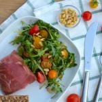 Mozzarella ukrytá v parmské šunce, rukolový salát s rajčátky a piniovými oříšky