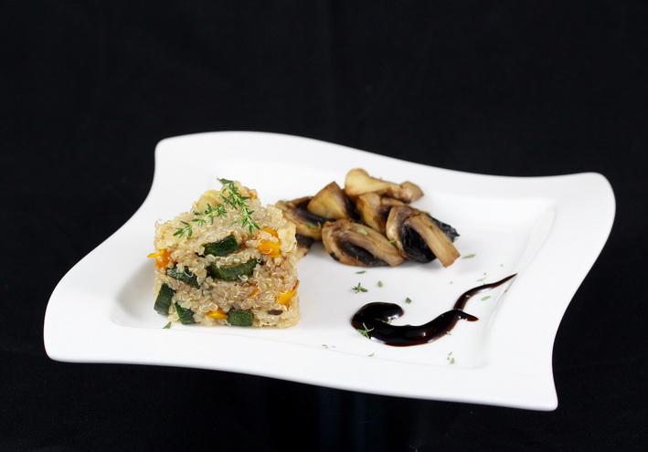 Salát z quinoy s cuketou a paprikou a houby z trouby