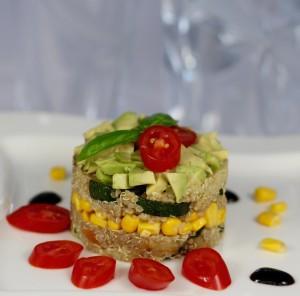 Salát z quinoy s cuketou, paprikou, avokádem a kukuřicí