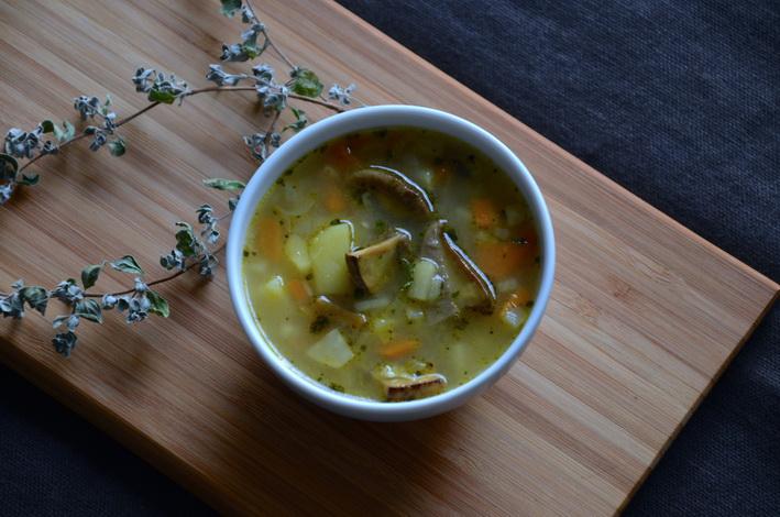 Bramboračka - Tradiční česká polévka brambory a s houbami