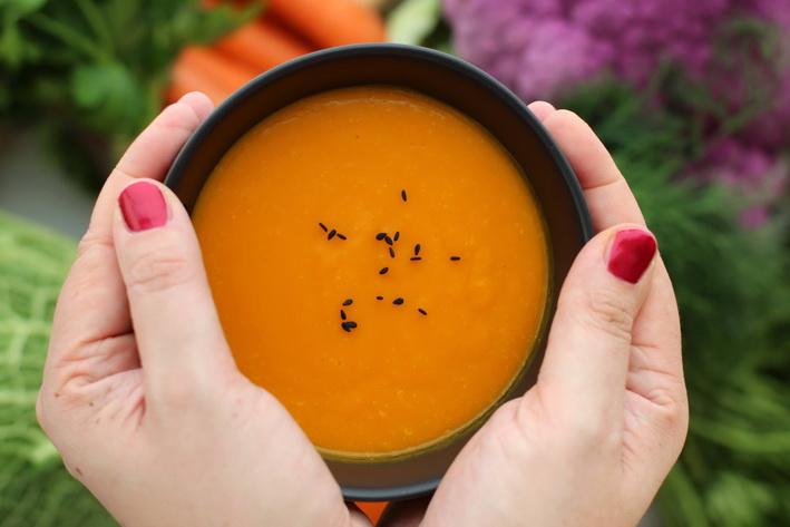 Jemná dýňová polévka s kokosovým mlékem a kukuřicí.