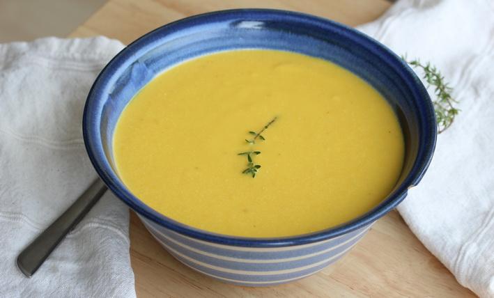 Polévka ze žlutých paprik a piniových oříšků