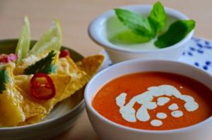 Mexická rajčatová polévka s pikantním jogurtem a nachos