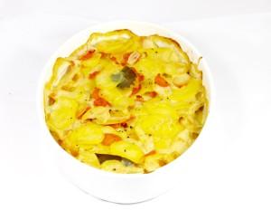 Smetanový bramborový gratin s kořenovou zeleninou