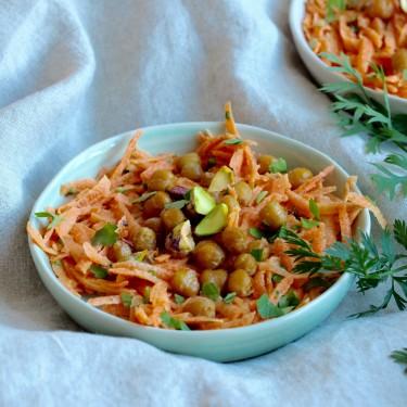 Svěží mrkvový salát s pečenou cizrnou, pistáciemi a Tahini pastou