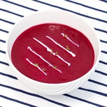 Polévka z červené řepy se zázvorem, kysanou smetanou a řeřichou