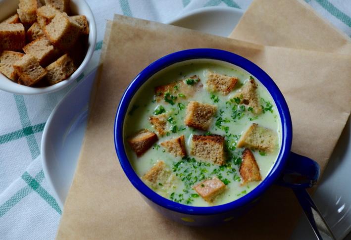 Jarní krémová polévka s medvědím česnekem shora