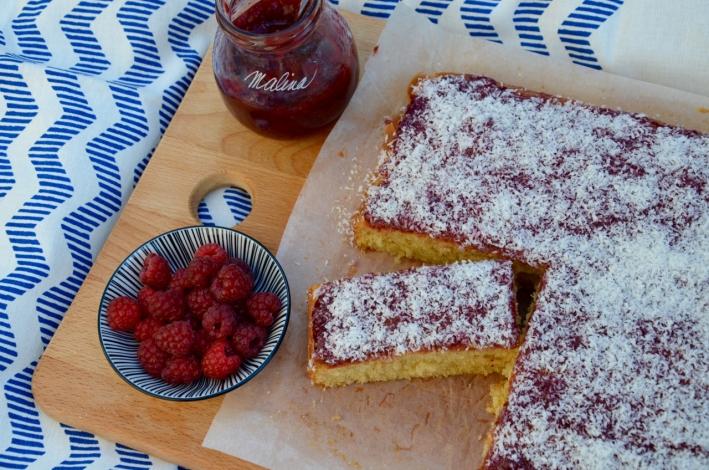 Piškotový koláč s malinovým džemem a kokosem3